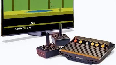 """Konsol Atari Flashback akan hadir dengan 105 game built-in, seperti """"Pac-Man,"""" """"Pitfall !,"""" """"Kaboom!"""", dan """"River Raid"""". Konsol ini akan memiliki dua pengontrol kabel, yang mengingatkan pada Atari 2600 asli dan dua port untuk joystick atau paddles."""