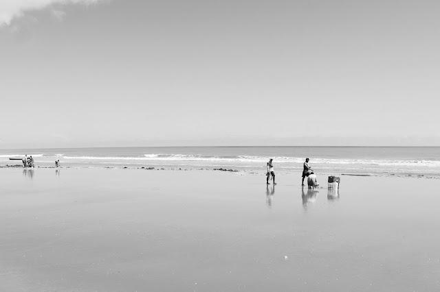 Nativos pescando camarão, em Camocim, na Rota das Emoções