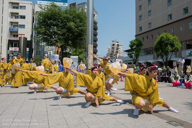 吹鼓連、高円寺駅北口広場での舞台踊り、男踊りの踊り手達の写真