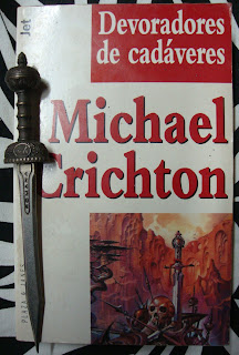 Portada del libro Devoradores de cadáveres, de Michael Crichton