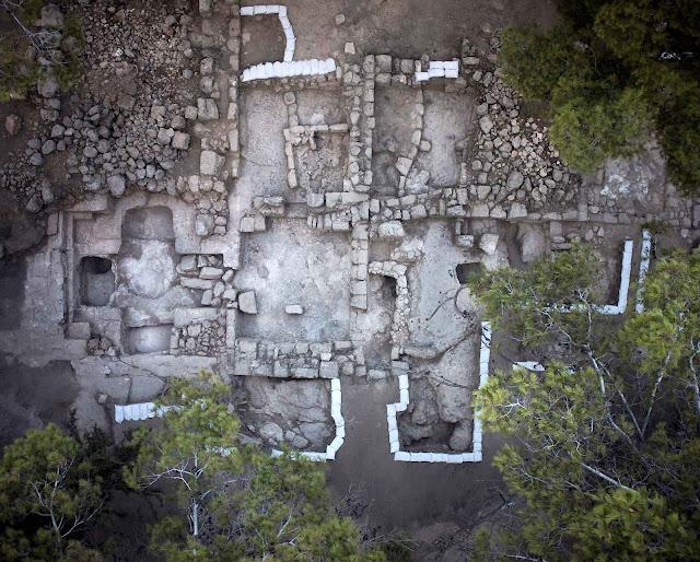 Foto aérea dos fundamentos do túmulo achado. (Skyview Co, cortesia da Israel Antiquities Authority).