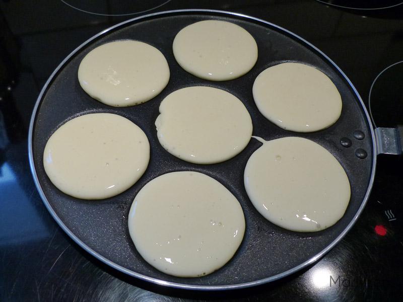 Faites cuire les blinis jusqu'à ce que des trous apparaissent en surface.
