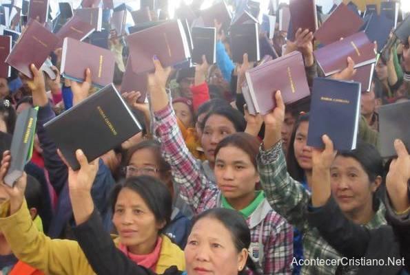 Cristianos de Laos reciben miles de Biblias