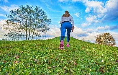 giảm mỡ bụng bằng cách đi bộ trên đồi hoặc địa hình không bằng phẳng
