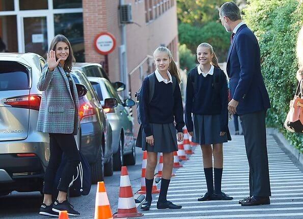 Queen Letizia wore a new green tartan check wool-blend blazer by Sandro. Sandro Tribu houndstooth plaid single-button blazer