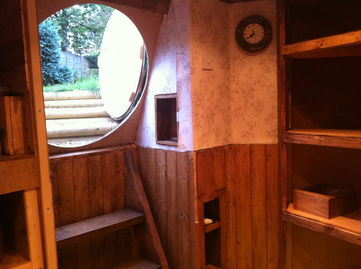 11-Ashley-Yeates-Architecture-with-the-Garden-Hobbit-Hole-www-designstack-co