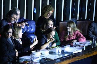 Senadoras almoçam no plenário para impedir votação da Reforma Trabalhista