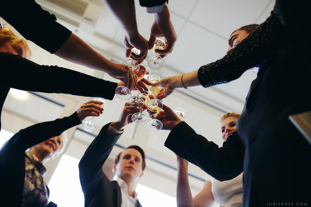 glāzes tosti kāzu svinībās