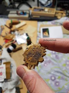 Pendentif inspiré de l'univers du Witcher, en bois