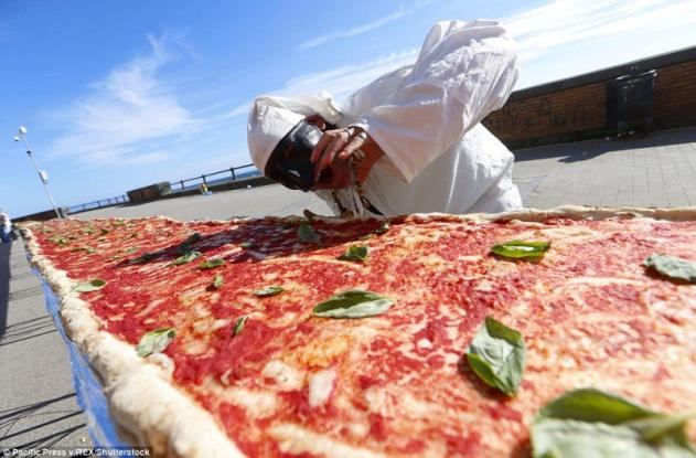 Η μεγαλύτερη πίτσα του κόσμου: Έχει μήκος 2 χλμ (Photos)