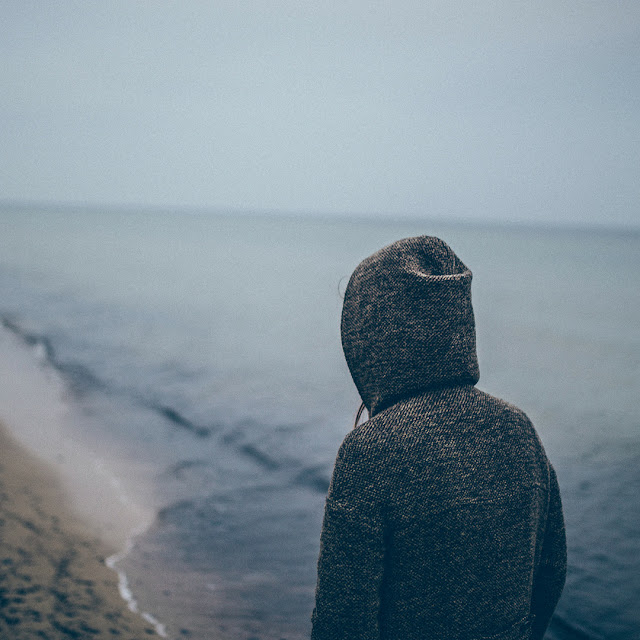 Pessoa sozinha na praia