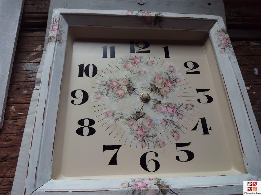 reloj tuneado con pintura a la tiza y decoupage