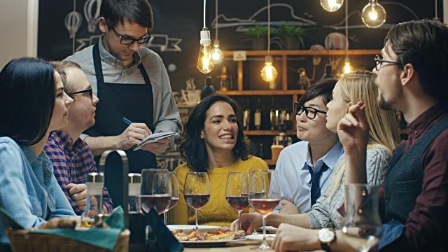 Job Desc Waiter (Pelayan di Restoran Maupun Hotel) Menurut Fithew