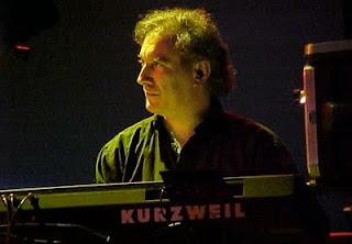 Larry Fast a los sintetizadores en el concierto de reunión de Nektar en el festival NEARfest de 2002