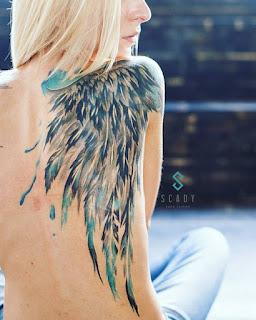 tatuaje de ala en la espalda