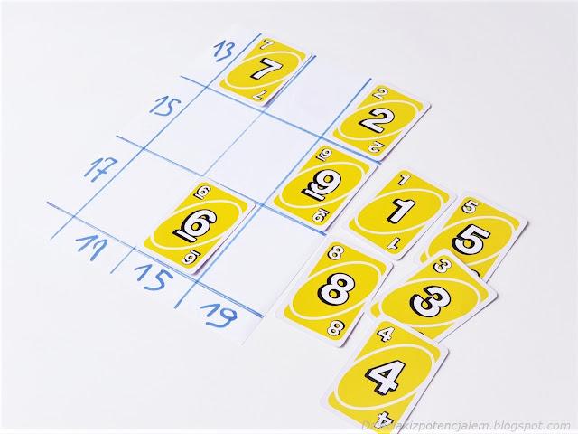 układanie na planszy kart uno odpowiadających sumie w rzędzie