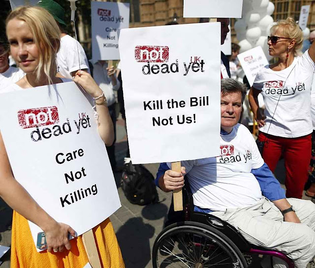 Manifestantes contra a eutanásia diante do Parlamento de Westminster.