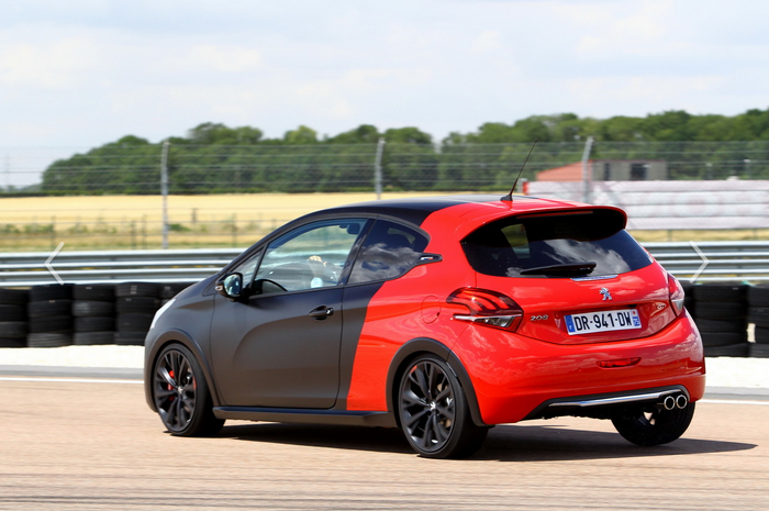 208 gti by ps vs clio rs throphy 4 pista conclusiones. Black Bedroom Furniture Sets. Home Design Ideas