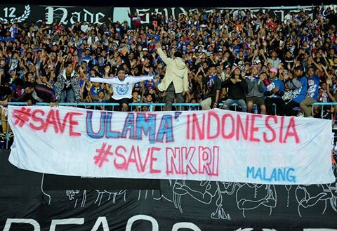 Tak Terima Ulama Dihina, Arema Bentangkan Spanduk Save Ulama Indonesia