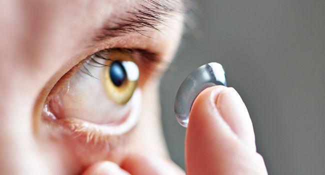 Se você estiver usando lentes nessa hora importantíssima, dificultará a  nutrição e a oxigenação da córnea, causando feridas e lesões que podem se  tornar ... 6e11369e7c