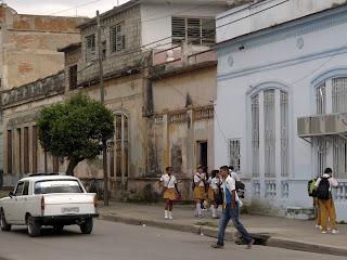 Camagüey, Altstadt. Kubanische Schüler in Uniform gehen nach Hause.