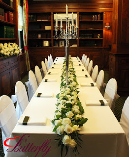 Białe róże i eukaliptus - dekoracja ślubna stołu