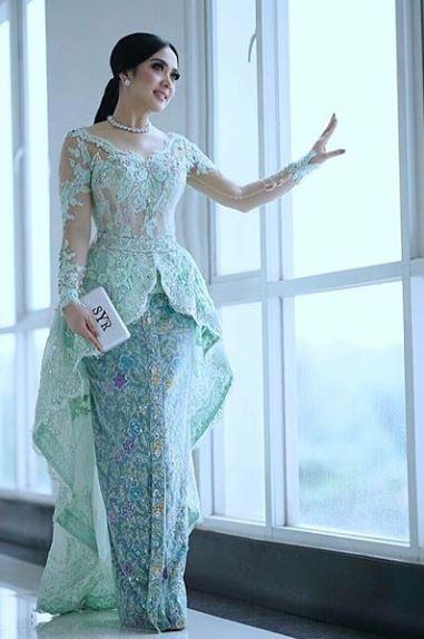 Model Baju Kebaya Syahrini Warna Biru Muda Transparan Artis Cantik Princess Indonesia