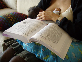 Image: Pecho y lectura. Photo Credit: Daniel Lobo (Daquella manera) on Flickr