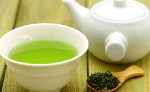 Stimuler la pousse des cils avec du thé vert