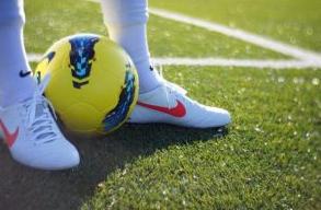 Bermain Futsal di Lapangan Rumput Sintetis