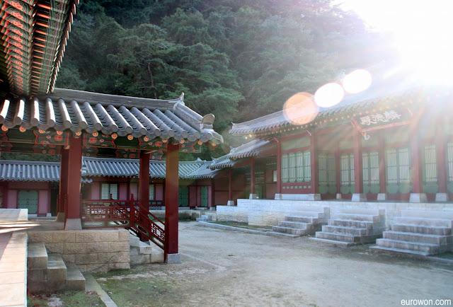 Fuerte luz parásita sobre casas tradicionales coreanas