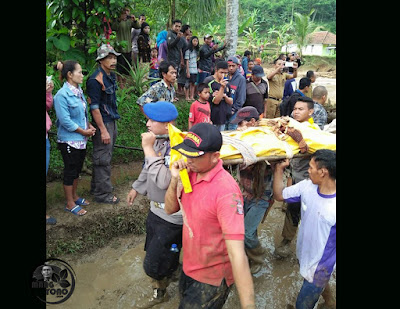 TNI, POLRI, TAGANA dan warga evakuasi korban bencana banjir bandang Desa Sukakerti, Kec. Cisalak, Kab. Subang.