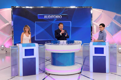 Silvio Santos recebe Marcela Tavares e Dudu Camargo. Crédito da foto: Lourival Ribeiro/SBT