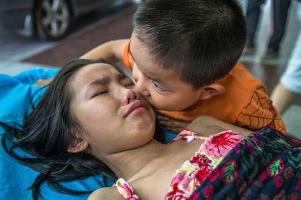 Viral Foto Bocah yang Menghibur Kakaknya Di Rumah Sakit, Menyentuh hati Orang di Seluruh dunia.