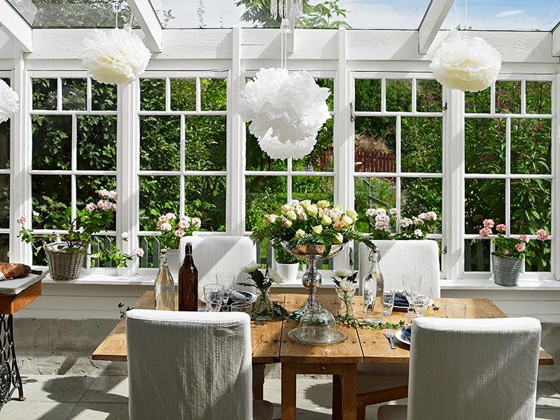 Biały, drewniany domek, wystrój wnętrz, wnętrza, urządzanie domu, dekoracje wnętrz, aranżacja wnętrz, inspiracje wnętrz,interior design , dom i wnętrze, aranżacja mieszkania, modne wnętrza, vintage, shabby chic, białe wnętrza, jadalnia, kuchnia