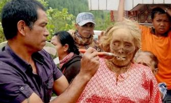Merinding! Foto-foto Ritual Ma'nene di Tana Toraja, Mayat Dibangkitkan, Dimandikan dan Dipakaikan Baju Baru