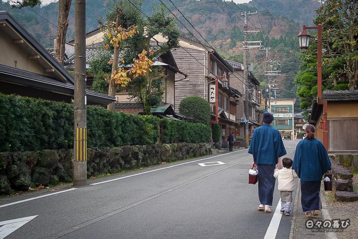 une famille en yukata dans les rues de kinosaki