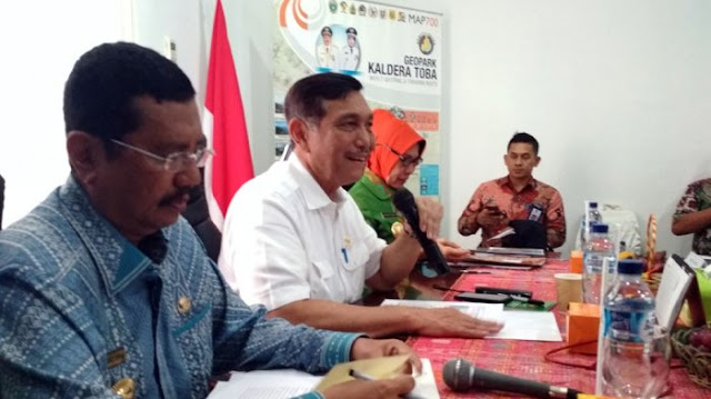 Menteri Koordinator Bidang Kemaritiman Luhut Panjaitan (dua dari kiri) saat berada di Kantor Badan Otorita Pariwisata Danau Toba Jalan Kapten Pattimura, Medan, Jumat, (6/10/2017)