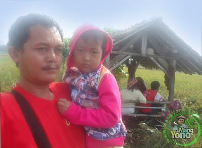 """Admin dan keluarga di """"Saung"""" sawah."""