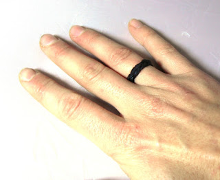 Bague tressée sur une main