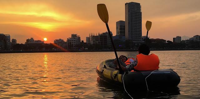Cầu hôn trên Tour thuyền hơi tại Đà Nẵng trên sông Hàn mới lại đầy lãng mạn