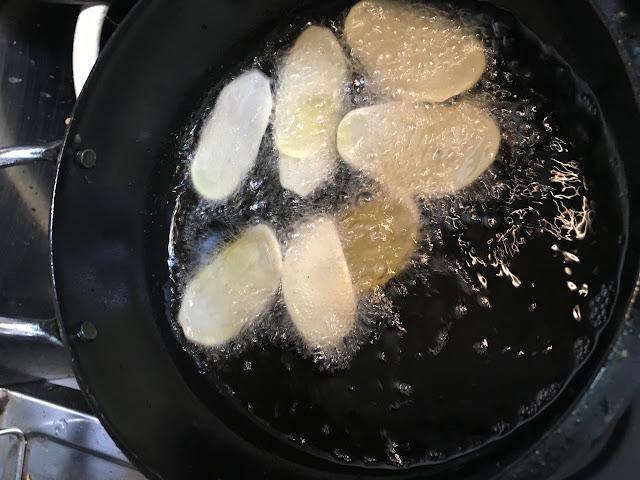 ポテトチップス 油で揚げているじゃがいも