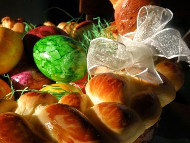 Osterkorb aus Hefeteig mit Ostereiern