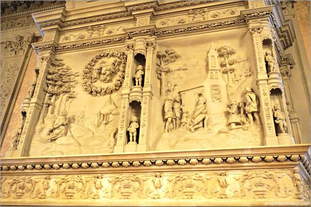 Decoraciones de la Leyenda de la Santa Casa en la Chimenea en el Salón de la Mansión Rosecliff, Newport