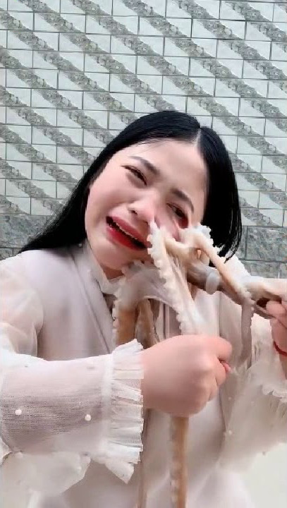 2019 - China - Live Octopus Has its Revenge after Vlogger Tries to Eat it Raw