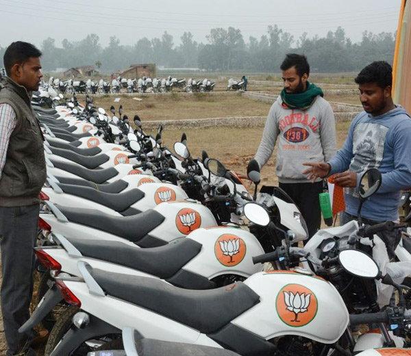 नोटबंदी में जनता बेहाल, बीजेपी ने प्रचार के लिए खरीदीं सैकड़ों बाइक