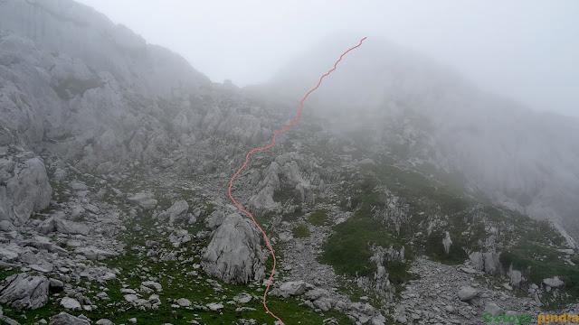 Caminando hacia el Pico Cotalba en Picos de Europa