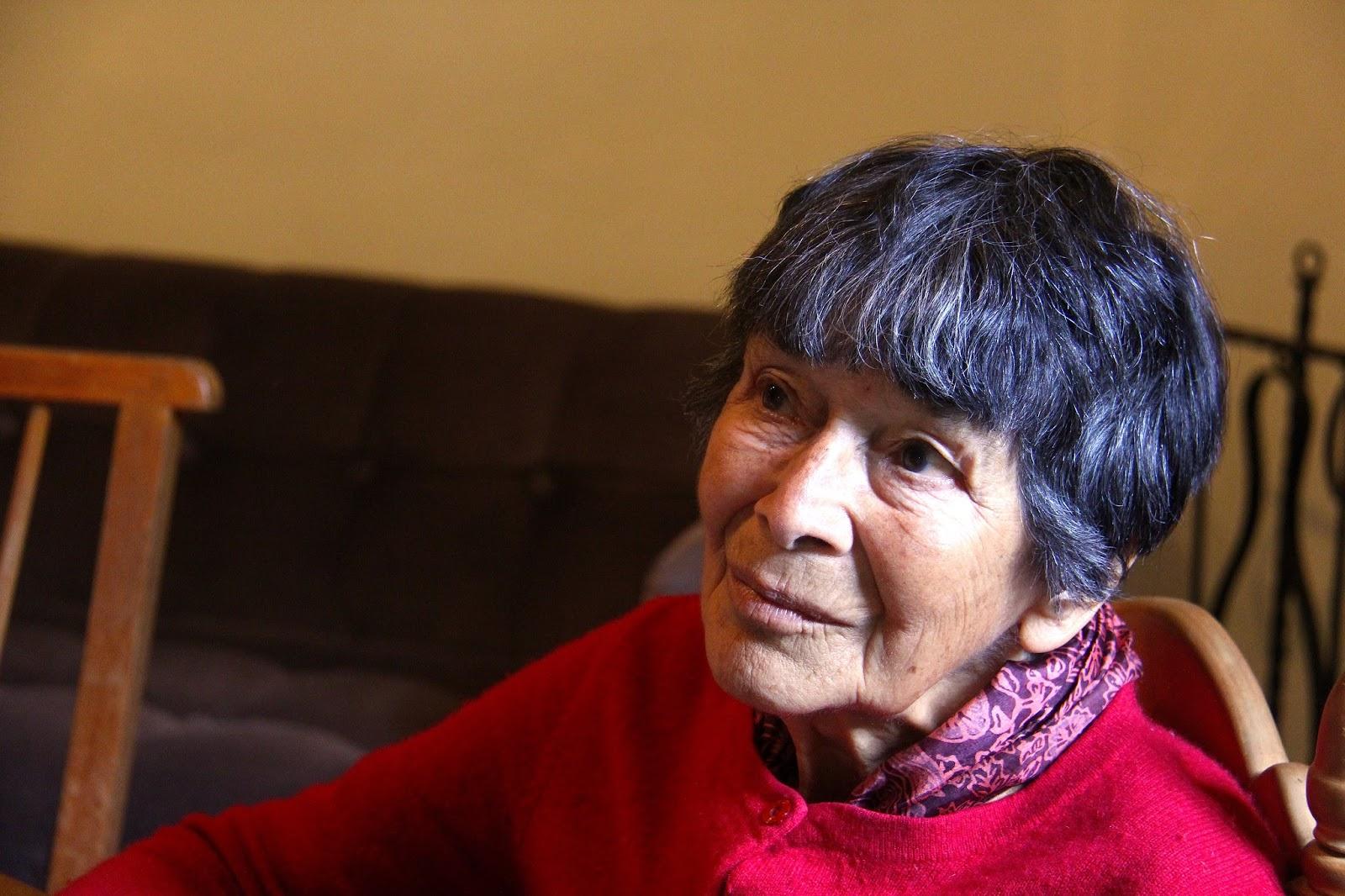 Abuela muestra su seno 9
