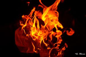 Imagen de un fuego ardiendo al maximo