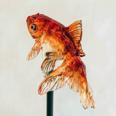 Dulce de caramelo con aspecto realista de un pez
